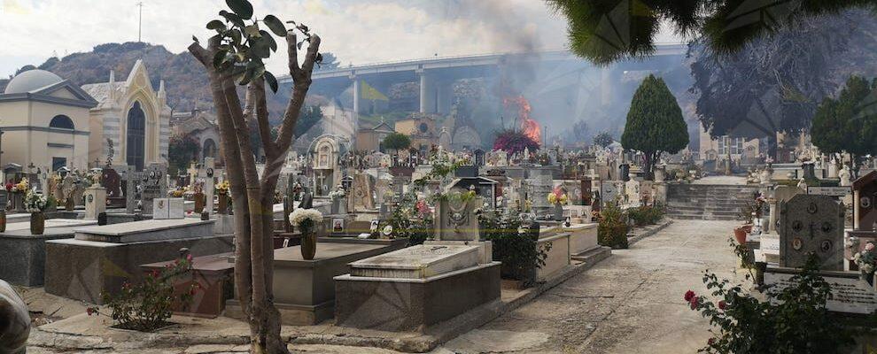 Brucia il cimitero di Roccella Jonica – video