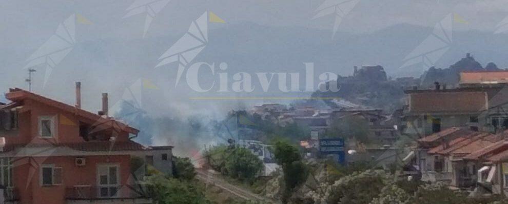 Le fiamme corrono lungo i binari a Caulonia