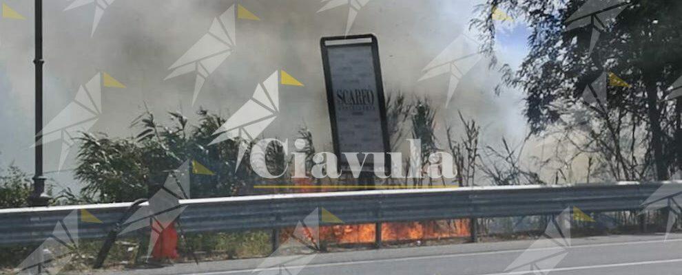 Caulonia: fuoco a bordo strada lungo il ponte Amusa