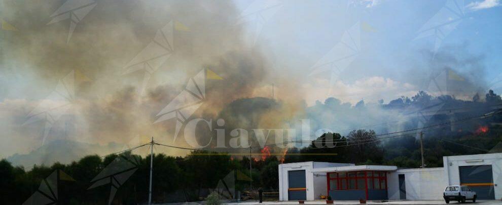 Continua a espandersi l'incendio a Roccella Jonica – video