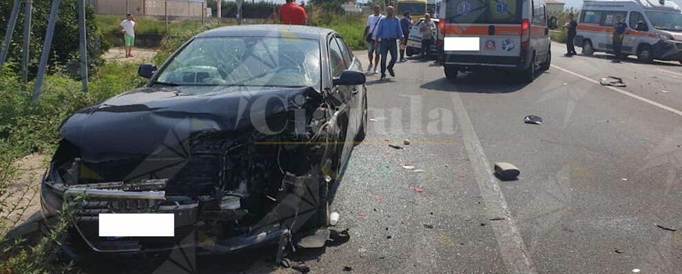 Grave incidente tra due auto sulla S.S. 106, diversi i feriti: necessario l'elisoccorso