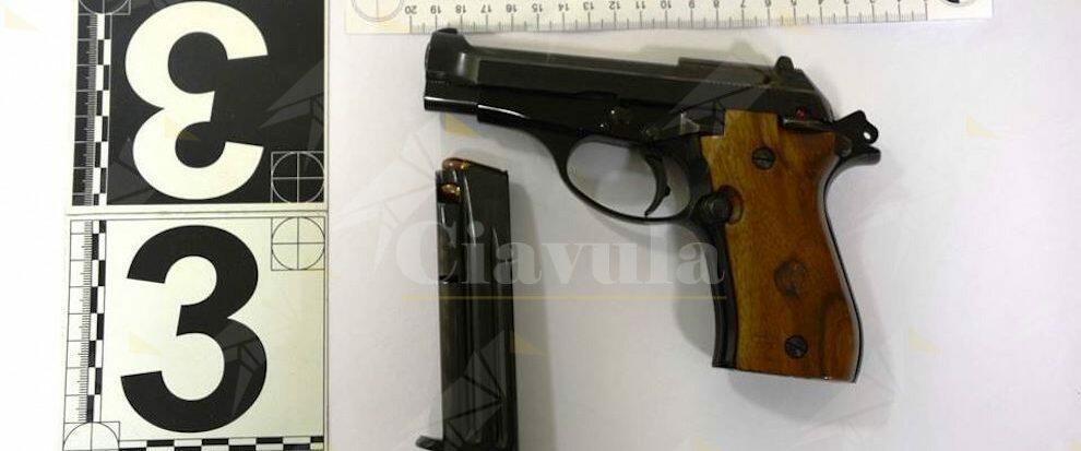 Minaccia un ragazzo con una pistola, disarmato e arrestato un 64enne