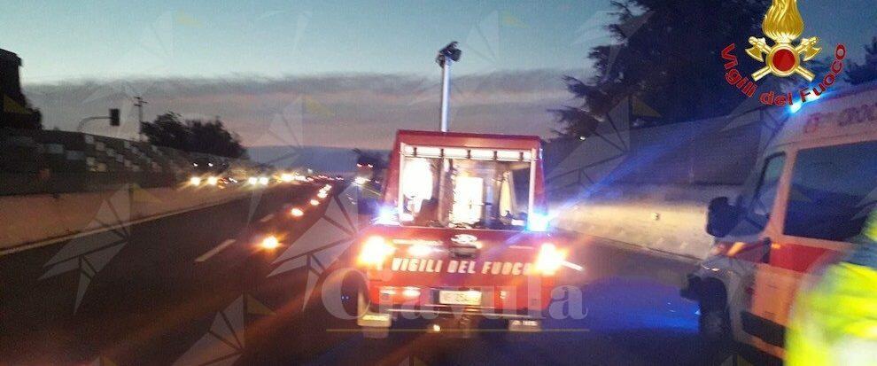 Tragedia in autostrada. Scende dall'auto dopo un incidente e viene travolto da un mezzo pesante
