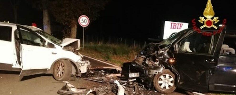 Tragico incidente frontale tra due auto, muore un uomo incastrato tra le lamiere