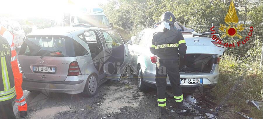 Incidente sulla S.S. 16 coinvolge tre auto e un furgone. Tre persone ferite