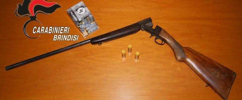Nasconde fucile e munizioni in un tombino durante una  perquisizione dei Carabinieri, padre e figlio in manette