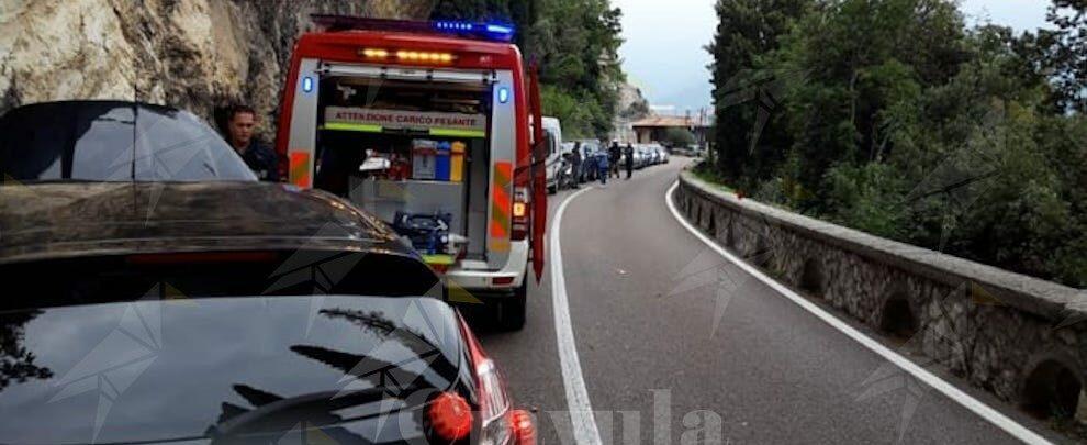 Violento scontro tra auto e moto, centauro trasportato d'urgenza in ospedale