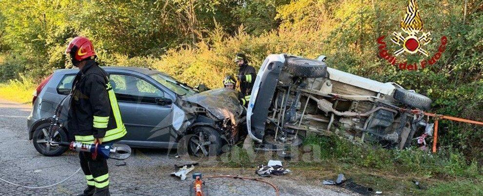 Incidente stradale: auto si ribalta e il conducente rimane intrappolato