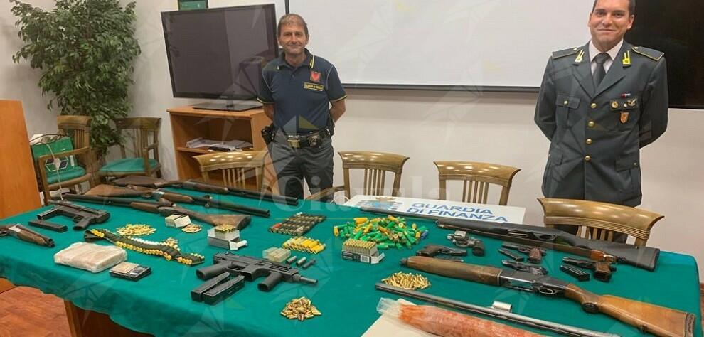 Reggio Calabria: sequestrato arsenale di esplosivo, armi e droga. Su un panetto di cocaina simboli massonici