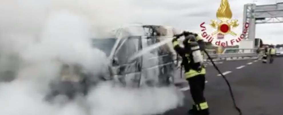 Furgone in fiamme sull'autostrada, in azione i Vigili del fuoco – video