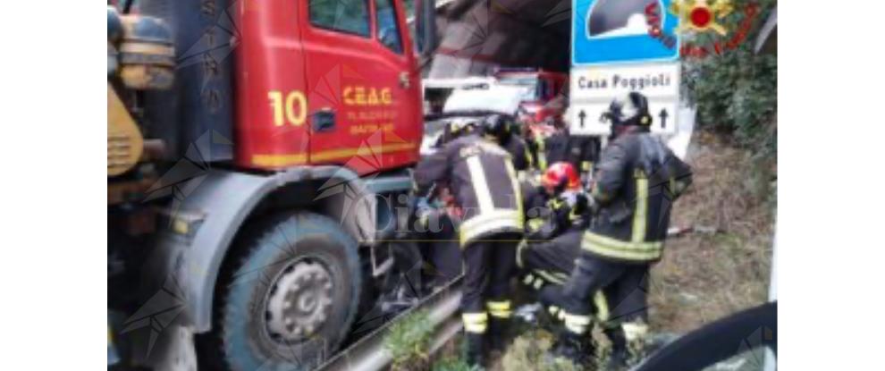 Incidente frontale tra suv e camion all'uscita della galleria, un ferito grave