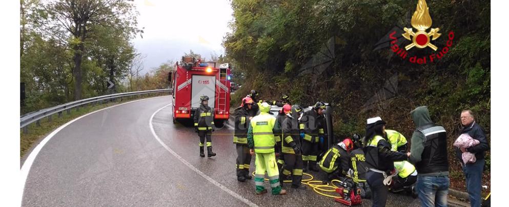 Le si ribalta l'auto ma viene salvata dai vigili del fuoco
