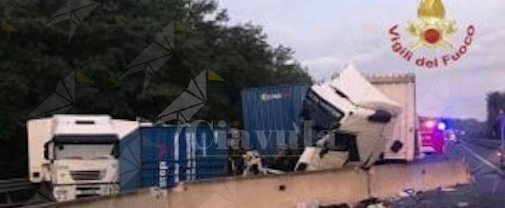 Incidente in autostrada, 3 camion coinvolti: traffico in tilt