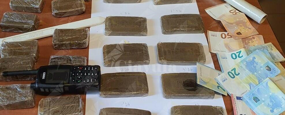 Trovati con 22 panetti di hashish, arrestati