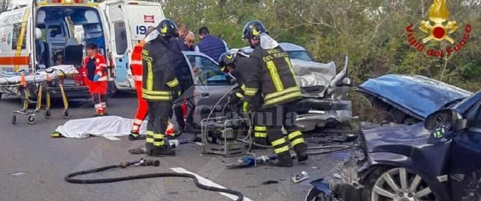 Tremendo scontro tra auto, un morto e un ferito grave