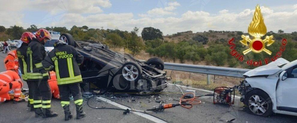 Violento scontro tra tre auto, un morto e quattro feriti