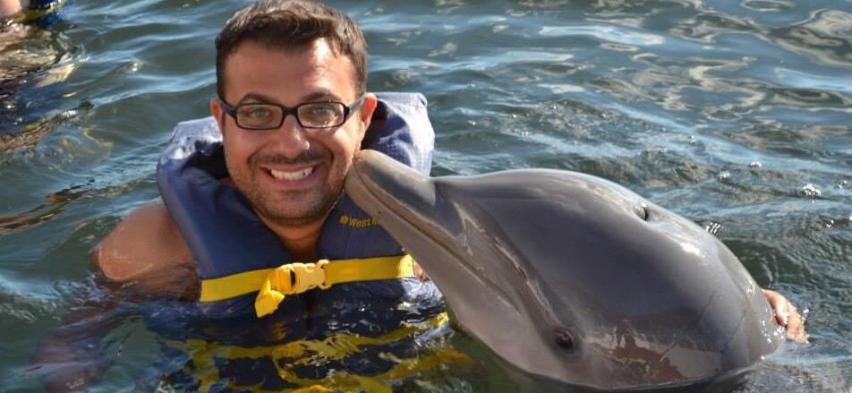Foto del giorno: il Direttore di Ciavula trasportato dai delfini