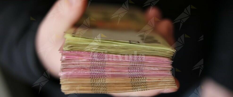 Trasportava nascosti nello zaino quasi 90.000 euro in contanti, arrestato