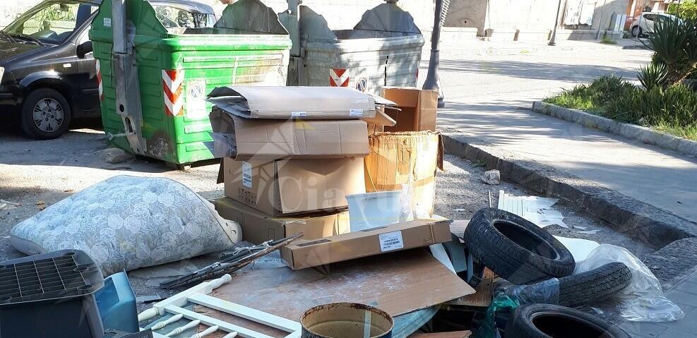 Vileggiante inglese deplora la situazione dei rifiuti a Caulonia