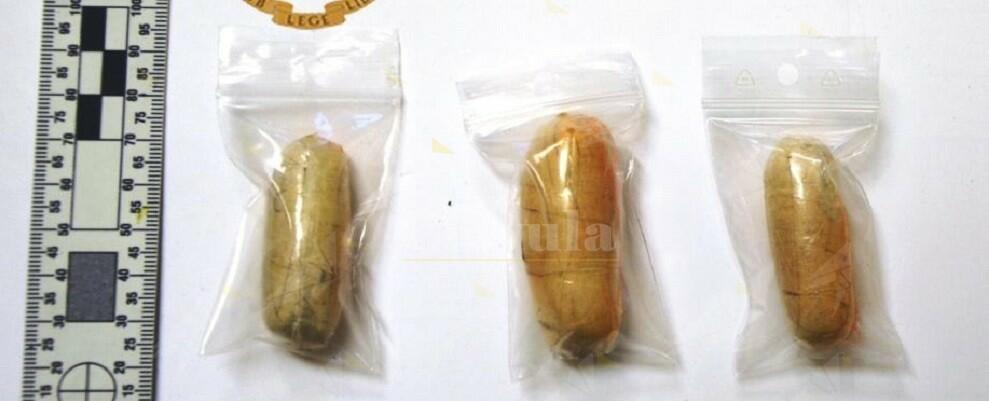 Trasportava tre ovuli di eroina occultati nel retto, arrestato dalla Polizia di Stato