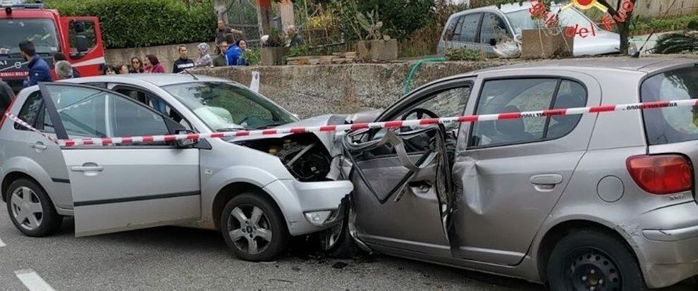 Tremendo scontro frontale tra due auto in Calabria