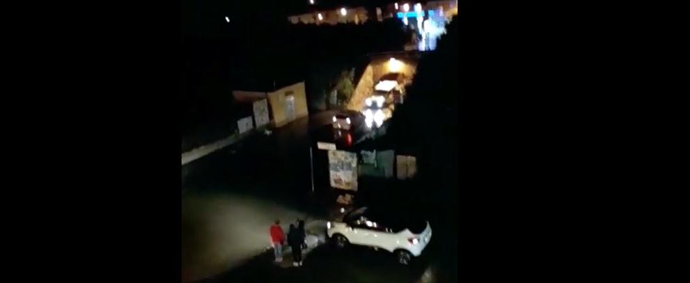 Automobile bloccata dall'acqua nel sottopasso di Caulonia – video