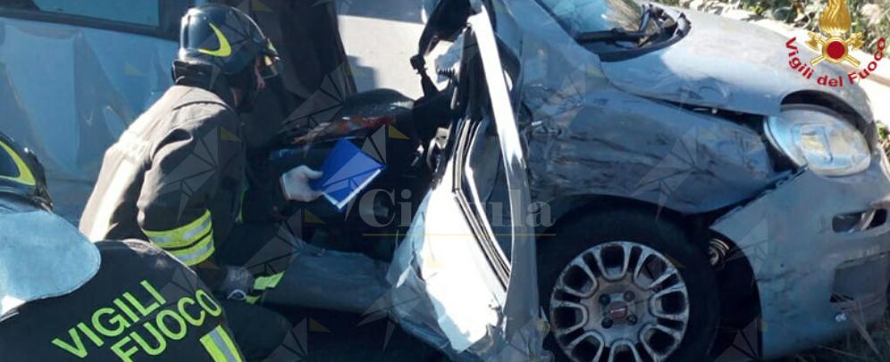 Terribile impatto tra auto e furgone ad un incrocio, neccessario l'intervento dell'elisoccorso