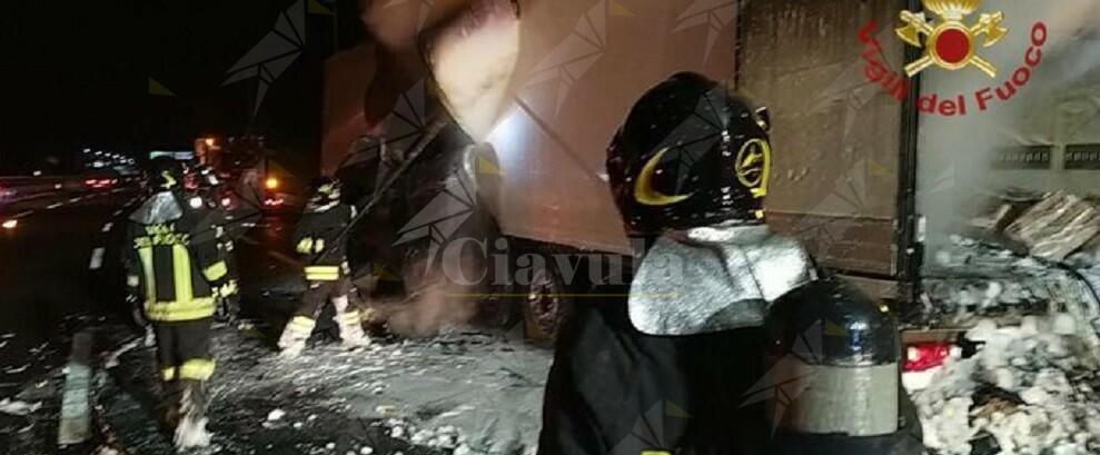 Esplode camion in area di servizio, feriti 2 vigili del fuoco