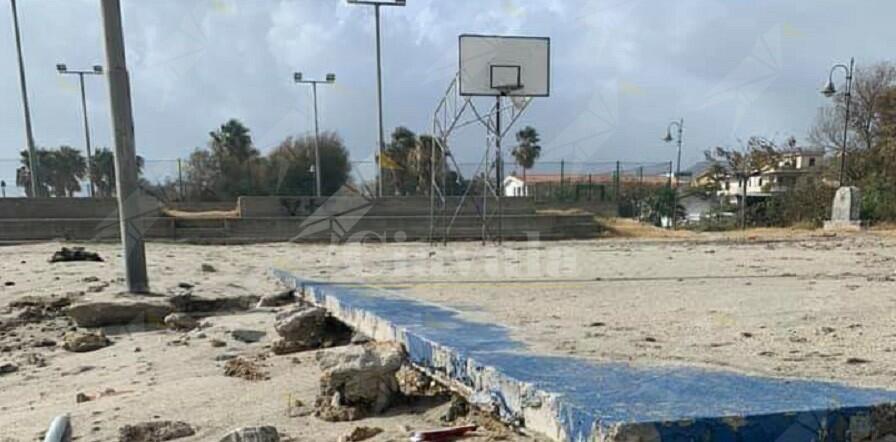 Tra le vittime della mareggiata anche il campetto di basket di Caulonia