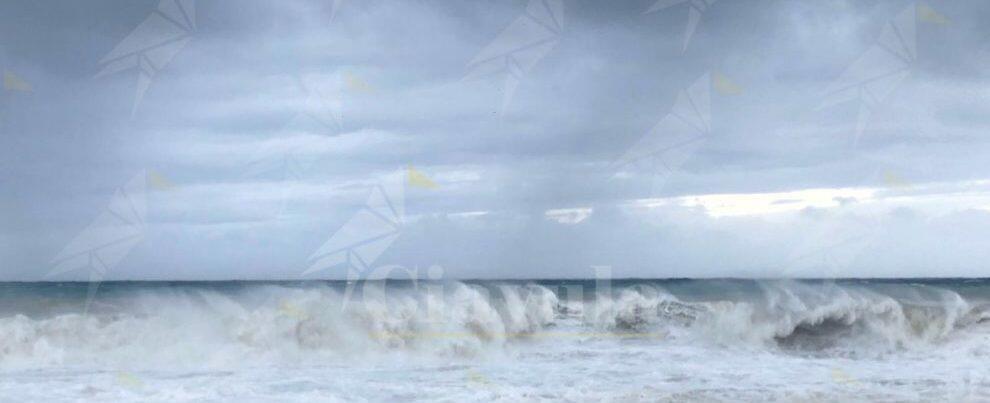 Il mare continua ad essere mosso sulle macerie del lungomare di Caulonia