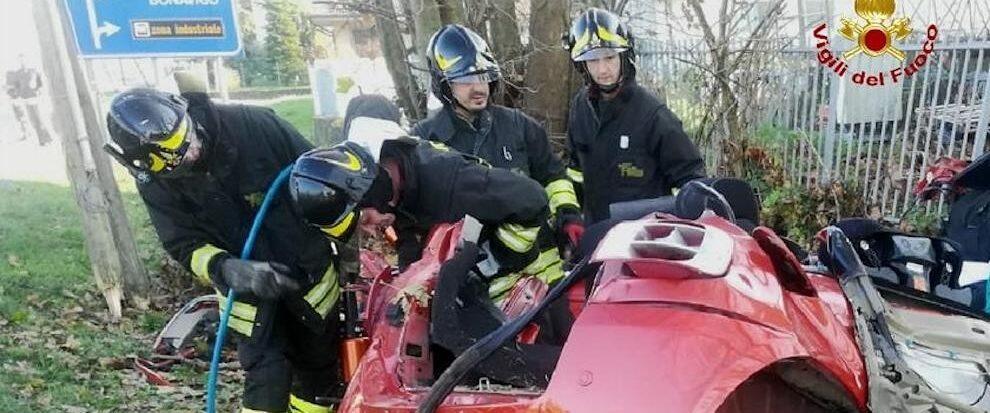 Auto si schianta contro un muro, muoiono tre giovani di 15, 20 e 23 anni