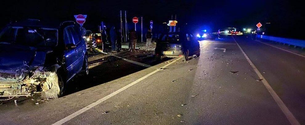 Scontro tra due auto sulla S.S. 106, ferita gravemente una donna
