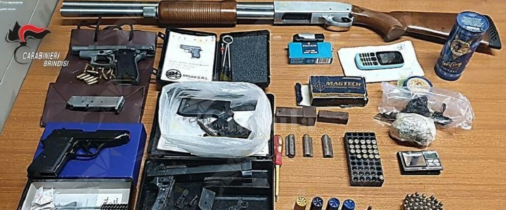 Detiene in casa una pistola, munizioni e 73 grami di marijuana, arrestato