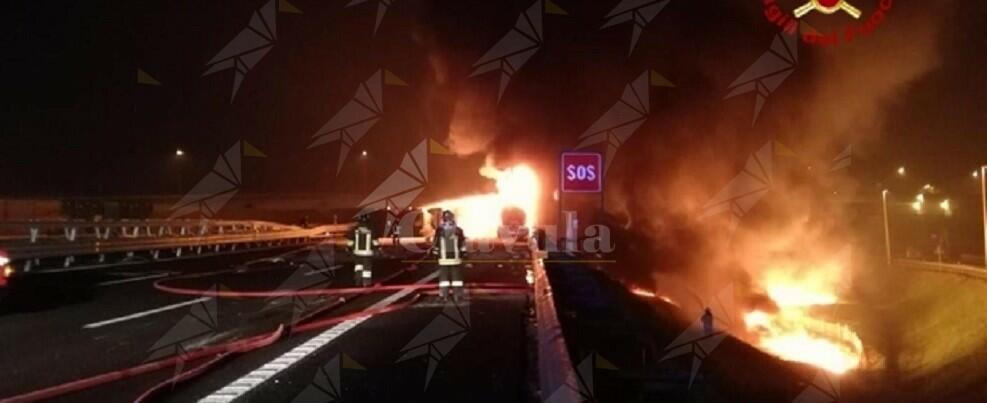 Tragedia sulla A4 autocisterna travolge un autocarro ed esplode. Un morto e un ferito
