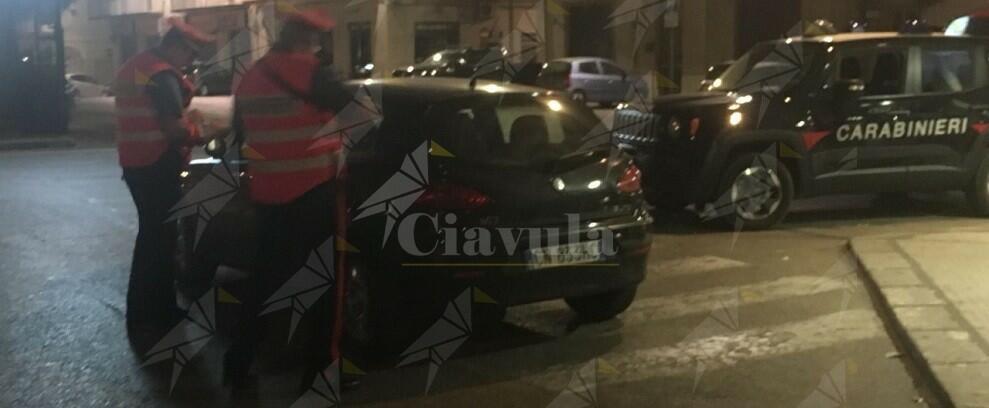 Incendiano auto in sosta e filmano con lo smartphone. Due persone arrestate