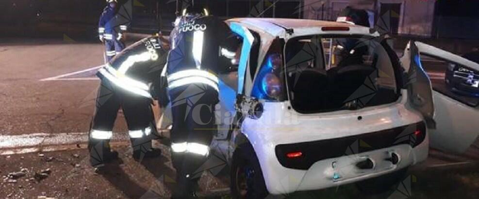 Tremendo incidente tra 2 auto, muore una donna