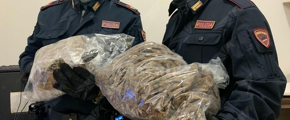 Sequestrati 3 kg e 200 grammi di marijuana, tre persone arrestate e una denunciata