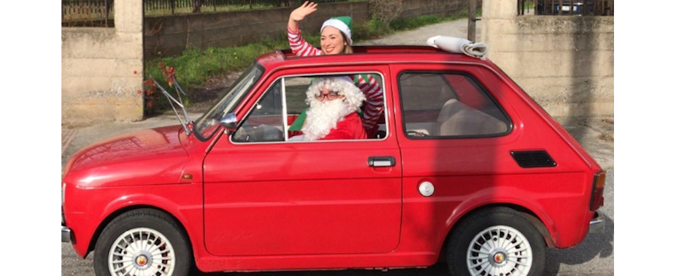 Foto del giorno: Babbo Natale consegna i doni agli alunni delle scuole materne ed elementari di Portigliola
