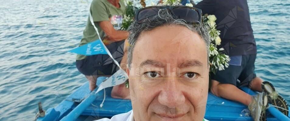 """Ennesima gaffe del sindaco di Riace: """"Ho le spalle alte"""" (invece che larghe). E il web si mobilita con la raccolta fondi: """"Un busto per Antonio"""""""