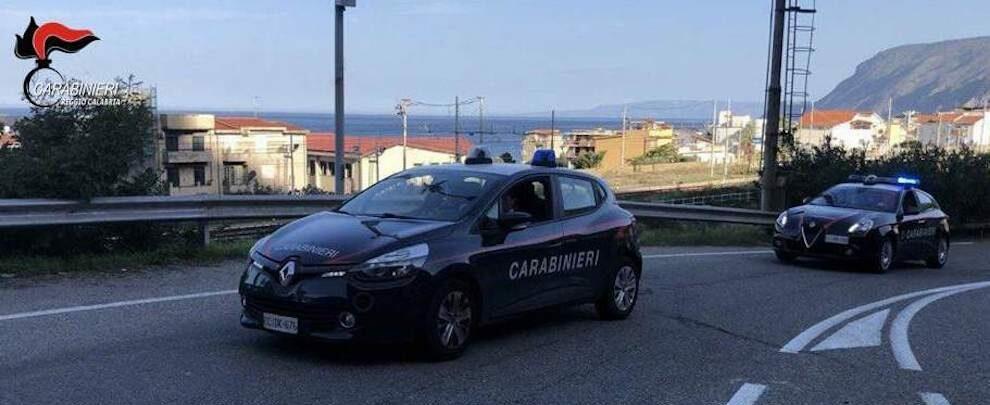 Bagnara Calabra, gettava animali morti e rifuti nelle proprietà dei vicini: divieto di dimora per una donna