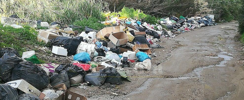 Siderno, l'Osservatorio cittadino segnala discarica abusiva nei pressi del torrente Garino