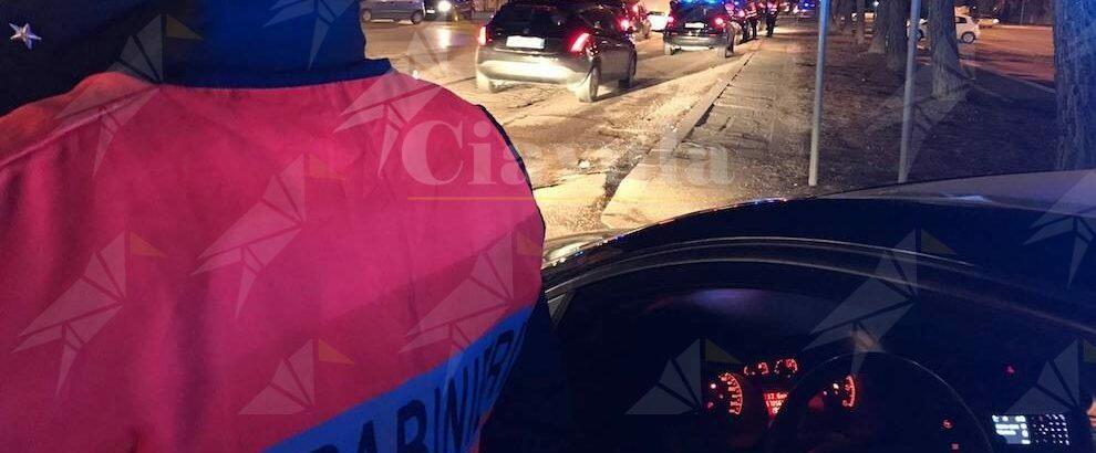 Con due mannaie in auto non si ferma all'alt dei carabinieri. Parte così il rocambolesco inseguimento per le vie del centro