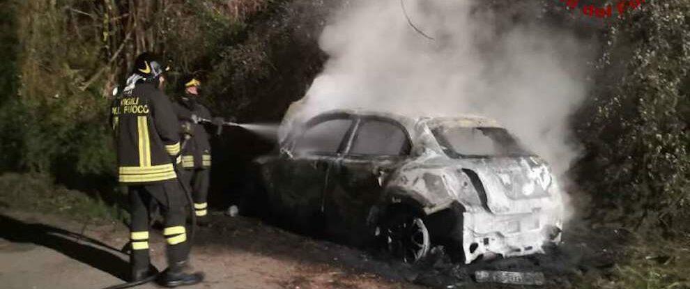 Auto prende fuoco sulla provinciale di Vibo Valentia, intervengono i vigili del fuoco