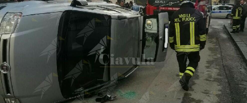 Incidente in Calabria, i vigili del fuoco liberano un uomo rimasto bloccato nell'auto