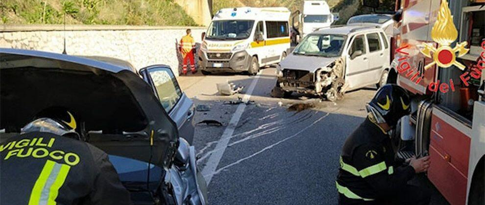 Violento scontro frontale tra due auto sulla S.S. 106