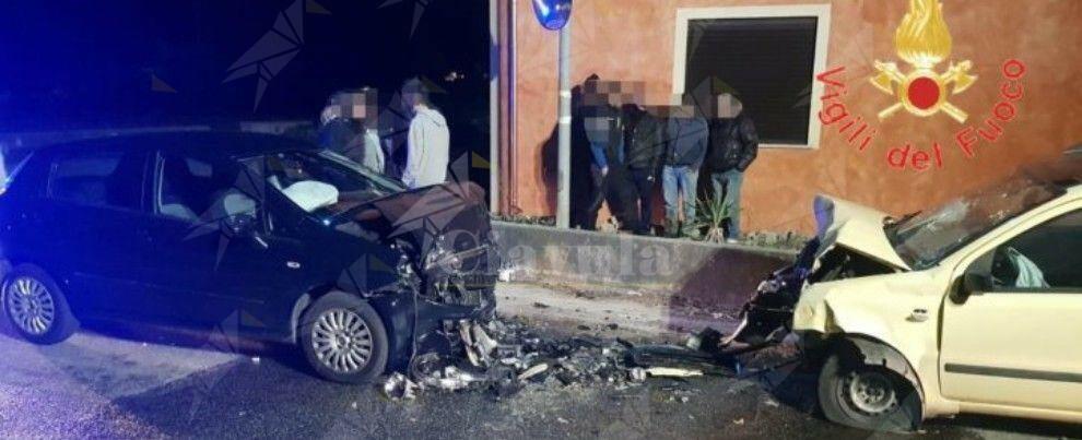 Scontro frontale tra due auto in Calabria, donna rimane incastrata nell'abitacolo