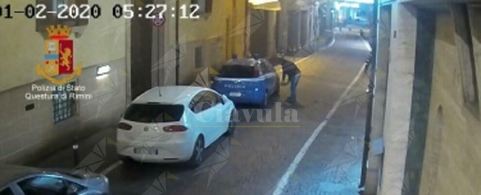Danneggia 3 auto della polizia, identificato e denunciato