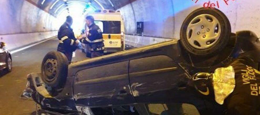 Incidente sulla S.S. 106: perde il controllo dell'auto e si ribalta. Due feriti gravi