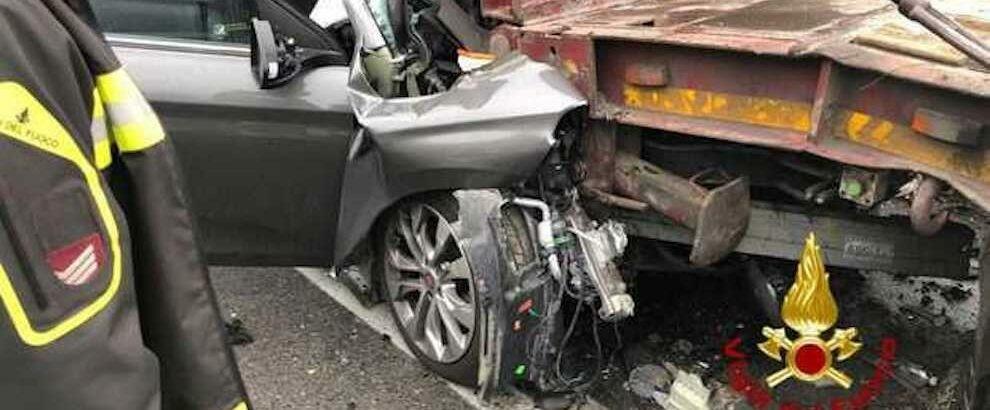 Tremendo incidente sulla statale: auto finisce contro un tir, un morto