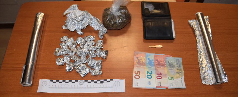 Blitz nella baraccopoli: tre persone sorprese a confezionare droga